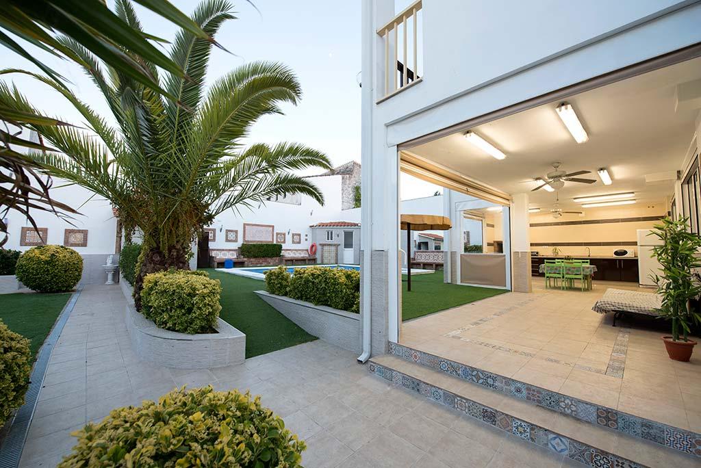 Casa-rural-manolin-1-porche-jardines-00